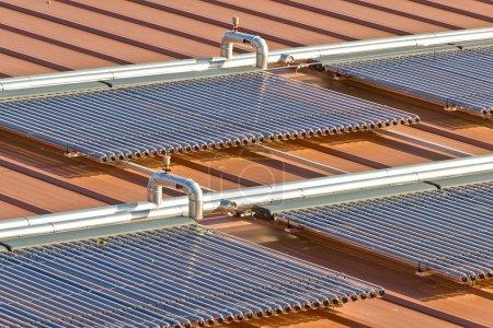 Foto de Instalación de energía solar para agua caliente - Imagen libre de derechos