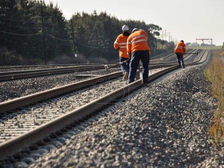 Photo pour Manoeuvres effectuant des contrôles d'entretien sur les voies ferrées - image libre de droit