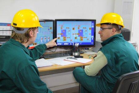 Photo pour Travailleurs de l'industrie dans la salle de contrôle - image libre de droit