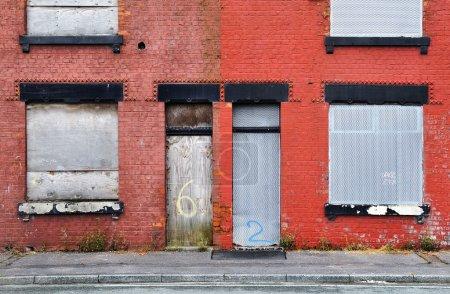Photo pour Coron abandonné à salford, Royaume-Uni, murées et en attente de démolition. - image libre de droit