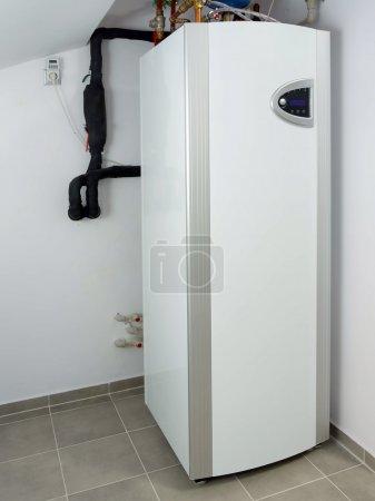 Photo pour Pompe à chaleur installée dans la chaufferie - image libre de droit