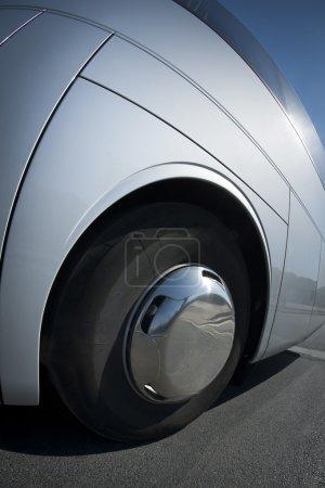 Photo pour Grande roue et pneu à proximité sur un bus blanc - image libre de droit