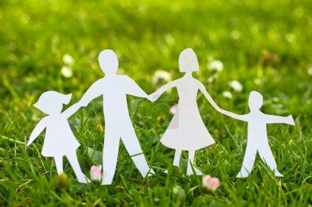 Photo pour Famille papier se dresse sur l'herbe - image libre de droit