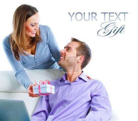 Photo pour Couple heureux avec cadeau.Femme heureuse donnant un cadeau à son mari. Isolé sur blanc - image libre de droit