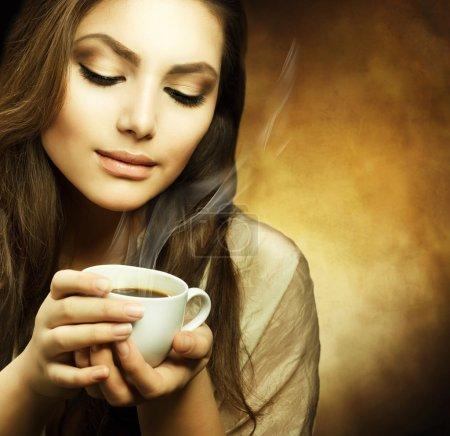 Photo pour Belle femme, boire du café - image libre de droit