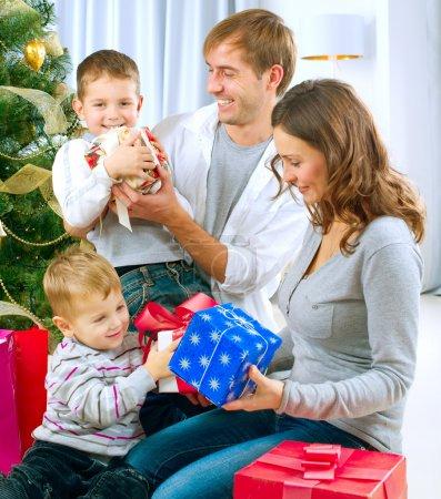 Photo pour Famille de Noël avec cadeaux - image libre de droit