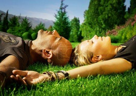 Photo pour Heureux jeune couple en plein air - image libre de droit