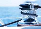 Vitorlás csörlő és kötél yacht részletesen. vitorlázás