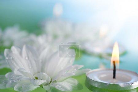 Photo pour Bougies flottantes brûlantes et fleurs - image libre de droit