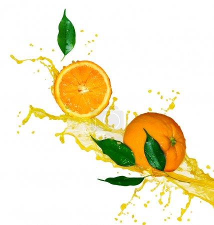 Photo pour Fruits oranges et jus d'éclaboussures en mouvement - image libre de droit
