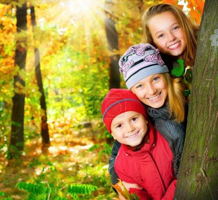 Photo pour Happy Kids S'amuser à Autumn Park. En plein air - image libre de droit