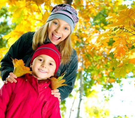 Photo pour Happy Kids à Autumn Park - image libre de droit