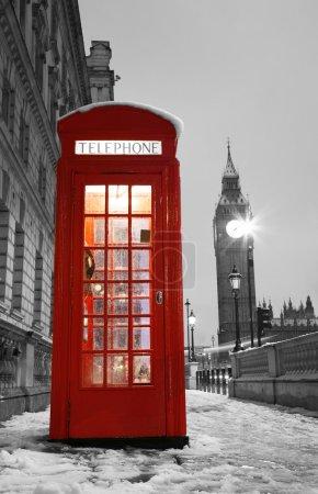 Photo pour Cabine téléphonique rouge de Londres et big ben à la distance. - image libre de droit