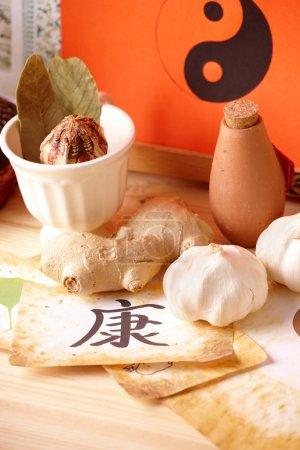 Photo pour Thérapie alternative traditionnelle ou médecine, herbes et remèdes naturels concept de mode de vie sain ; symboles chinois de la santé - image libre de droit
