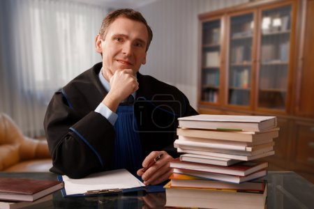Photo pour Procureur portant une robe classique dans son bureau - image libre de droit