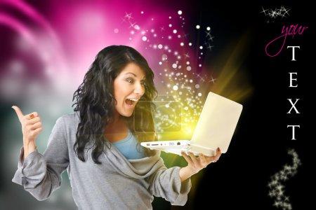 Photo pour Jeune femme heureuse avec ordinateur portable et design moderne en arrière-plan, espace noir à droite pour votre texte et des paillettes, vous pouvez utiliser . - image libre de droit