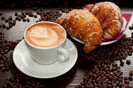 Photo pour Cappuccino et croissant aux grains de café - image libre de droit