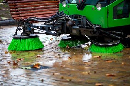 Foto de Máquina barrida recogiendo las hojas de los árboles - Imagen libre de derechos