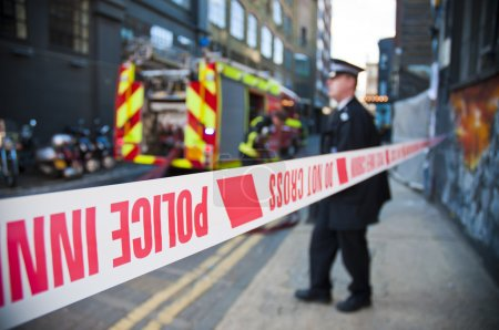 Photo pour Gros plan de la ligne de la police britannique sur une scène de crime - image libre de droit