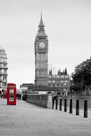 Foto de Una tradicional roja cabina en Londres con el big ben en el fondo - Imagen libre de derechos