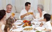 Rodiče a prarodiče tusting s vínem v večeře