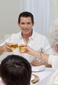 Atraktivní muž opékání se svou matkou v večeře