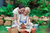 Madre e figlia giardinaggio