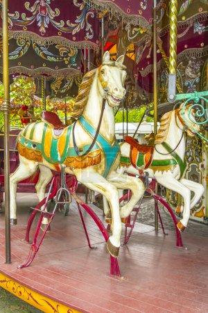 Photo pour Deux chevaux colorés dans un millésime (démodé) carrousel - image libre de droit