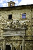 Obloukem s kamennými lvy, montepulciano
