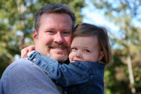 Photo pour Père avec fille dans leur jardin pendant l'automne - image libre de droit