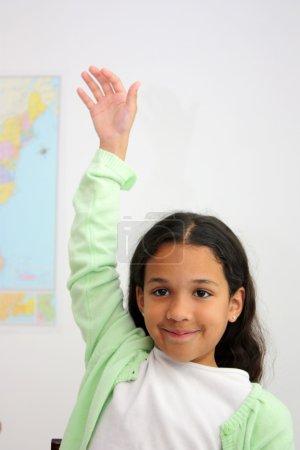 Photo pour Étudiant dans une salle de classe à l'école primaire - image libre de droit