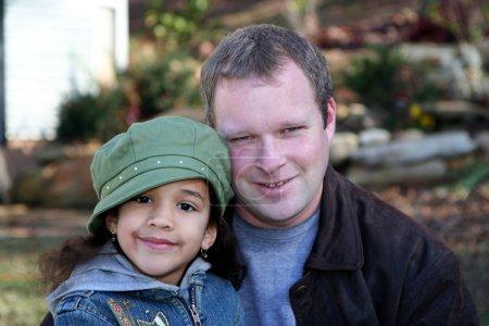 Photo pour Père avec fille dehors avec vestes en hiver - image libre de droit