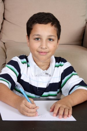 Photo pour Jeune étudiant faisant ses devoirs à la maison - image libre de droit