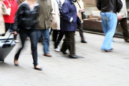 Photo pour Mouvement de foule marchant - image libre de droit