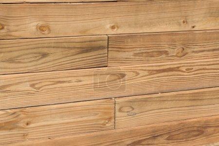 Photo pour Le bois constitue un mur d'aménagement paysager - image libre de droit