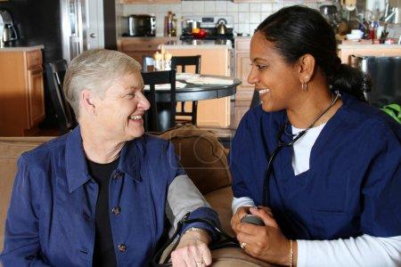 Photo pour Travailleur de la santé à domicile et femme âgée - image libre de droit