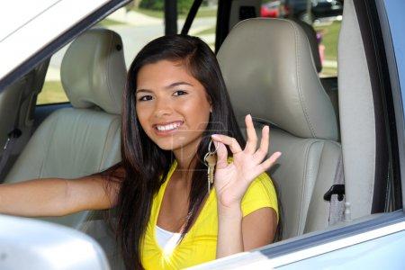 Photo pour Adolescente tenant les clés de sa nouvelle voiture - image libre de droit