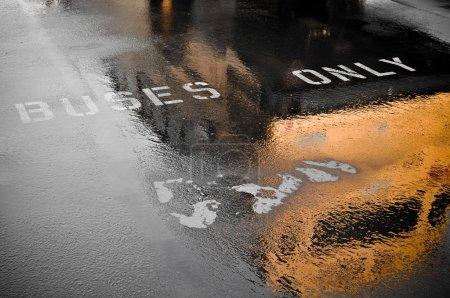 Autobus seulement Place de stationnement pour ramasser les enfants après le jour de pluie