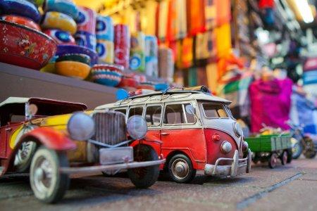 Photo pour Boutique de souvenirs avec voitures rétro - image libre de droit