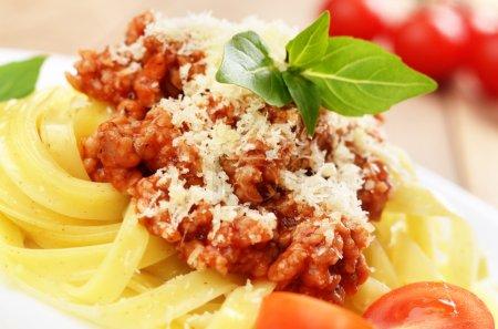 Photo pour Pâtes tagliatelle à la sauce de bœuf et parmesan - image libre de droit