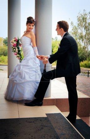 Photo pour L'épouse à l'époux regarda en arrière et lui a donné un coup de main - image libre de droit