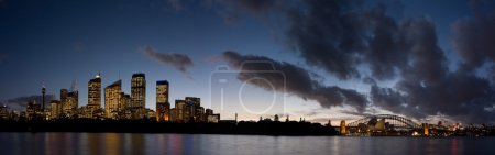 Photo pour Pris à l'heure de la lumière du jour à Sydney. Panorama de la ville de Sydney après le coucher du soleil. Pont HArbour, Sydney CBD immeubles de bureaux et Opéra . - image libre de droit