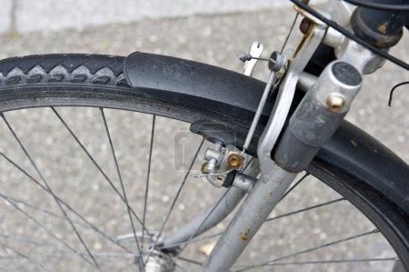 Photo pour Un gros plan d'un pneu de vélo rouillé . - image libre de droit