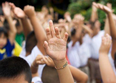 Photo pour Forte main levée dans le fond de la cour de l'école blury - image libre de droit