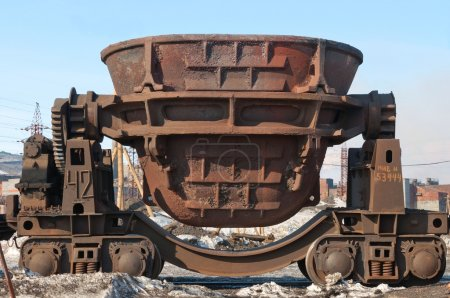 Tipping slag transportation bucket