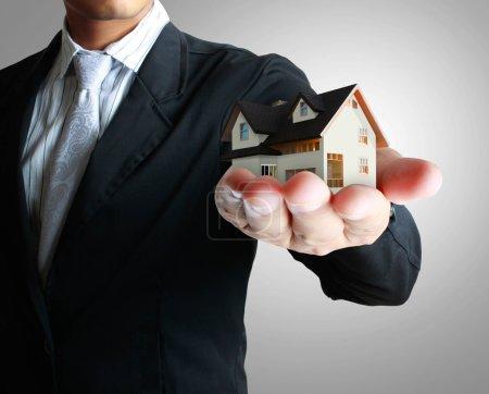 Photo pour Business Idea maison entre les mains de l'homme - image libre de droit
