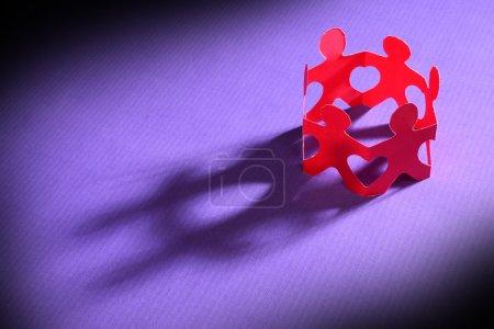 Photo pour Papier tenant les mains ensemble pour former des formes de coeur - image libre de droit