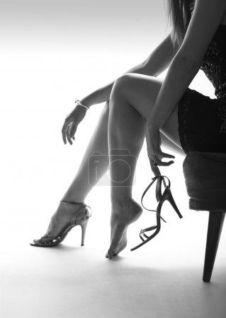 Photo pour Sexy femmes jambes et pieds, chaussures à talons hauts, chaise - image libre de droit