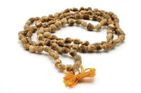 Photo pour Japa Mala (ensemble de perles couramment utilisé par les hindous et les bouddhistes) sur un fond blanc - image libre de droit