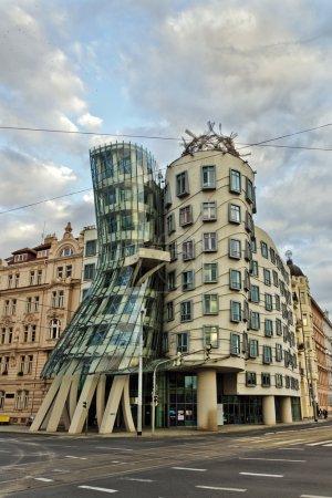Photo pour Dancing House (Tancici Dum) Prague, également connu sous le nom de Ginger et Fred. Le bâtiment a été conçu en 1992 par Vlado Milunic et Frank Gehry et achevé en 1996 . - image libre de droit